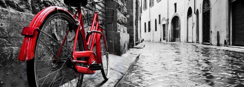 staromodny czerwony rower na brukowanej ulicy